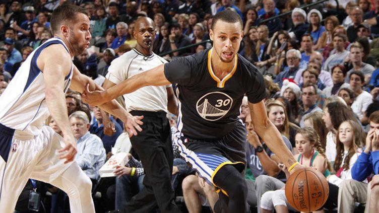 Stephen Curry (Golden State Warriors) échappe à JJ Barea (Dallas Mavericks) (DANNY BOLLINGER / NBAE / GETTY IMAGES)
