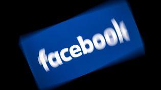Le logo de Facebook, sur une tablette tactile. (LIONEL BONAVENTURE / AFP)