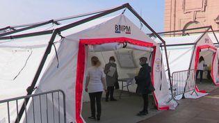 À Marseille (Bouches-du-Rhône), le centre de vaccination du Vieux-Port, qui devait être provisoire, a été prolongé et est aujourd'hui accessible sans rendez-vous.  (CAPTURE ECRAN FRANCE 2)