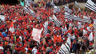 """Les """"Bonnets rouges"""" lors de la manifestation à Quimper (Finistère), le 2 novembre 2013. (FRED TANNEAU / AFP)"""