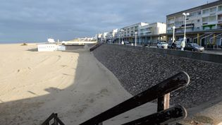 Christelle Blondel parcourt chaque jour 24 km, entre Berck-sur-Mer (ici en photo), et Merlimont-plage (Pas-de-Calais). (DENIS CHARLET / AFP)