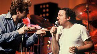 """Eddy Mitchell et Coluche dans l'emission """"Numero un"""" sur TF1 le01/01/1980 (ROCHE/TF1/SIPA)"""