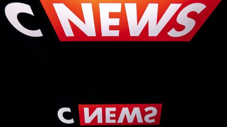 Le logo de la chaine d'information CNews. Photo d'illustration. (LIONEL BONAVENTURE / AFP)