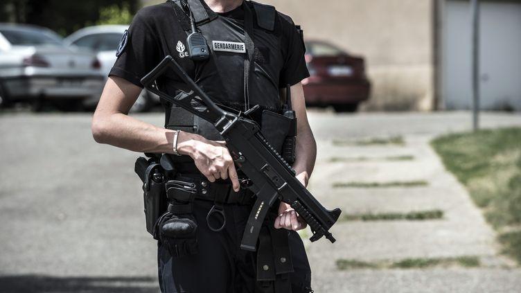 Un gendarme monte la garde lors d'une perquisition à Saint-Quentin-Fallavier (Isère), le 26 juin 2015. (JEAN-PHILIPPE KSIAZEK / AFP)
