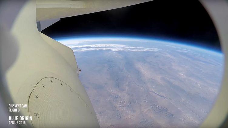 """Capture d'écran d'une vidéo montrant l'atterrissage de la fusée """"New Shepard"""", le 2 avril 2016. (BLUE ORIGIN / YOUTUBE)"""