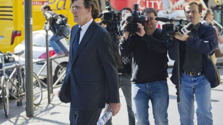 Luc Ferry à la sortie de l'agence française de protection des enfants à Paris où il a été entendu comme témoin (3-06-11)