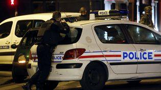 Un policier rue de Charonne, à Paris, le jour des attentats du 13-Novembre 2015 (PIERRE CONSTANT / AFP)