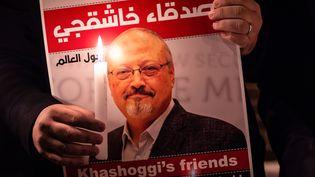 Une photo deJamal Khashoggi devant le consulat d'Arabie Saoudite à Istanbul en Turquie, le 25 octobre 2018. (YASIN AKGUL / AFP)