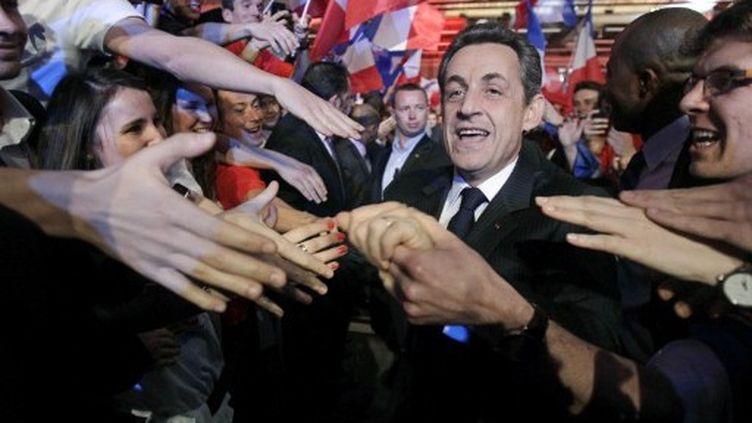 Nicolas Sarkozy salue les jeunes venus l'écouter, à Paris, le 31 mars 2012. (AFP - Michel Euler)