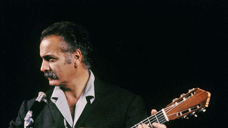 (Georges Brassens a toujours affirmé avoir été conduit à la musique par sa passion du jazz. © Roger Pic / Creative Commons)