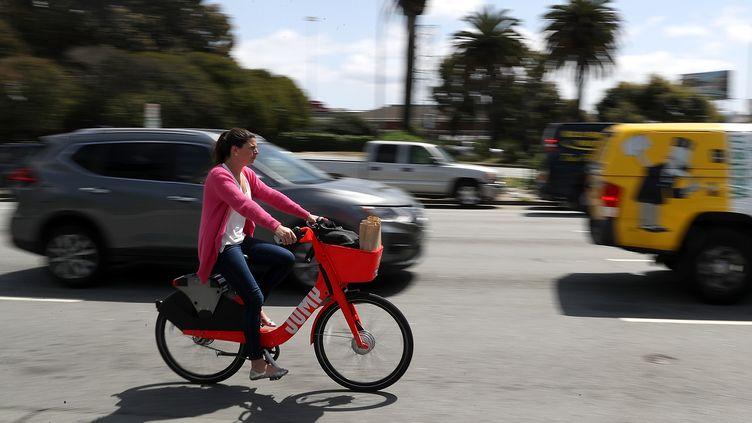 Une cycliste utilise un vélo Jump, le 12 avril 2018, à San Francisco (Californie, Etats-Unis). (JUSTIN SULLIVAN / GETTY IMAGES NORTH AMERICA / AFP)