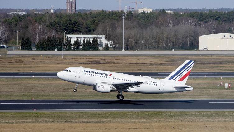 Un avion Air France décolle de l'aéroport de Berlin (Allemagne), le 16 mars 2020. (CHRISTOPH SOEDER / AFP)