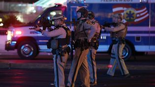 Des policiers à Las Vegas (Nevada, Etats-Unis), le 2 octobre 2017. (ETHAN MILLER / GETTY IMAGES NORTH AMERICA / AFP)