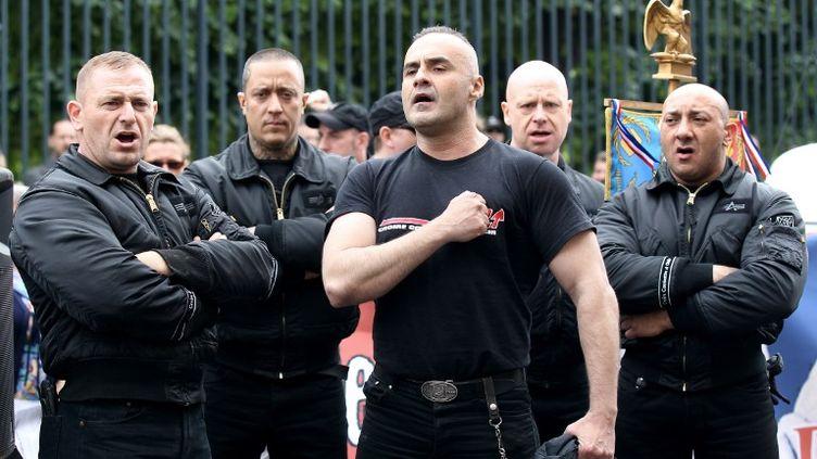 Au centre, le président des Jeunesses nationalistes révolutionnaires, Serge Ayoub, le 8 mai 2011 à Paris. (THOMAS SAMSON / AFP)