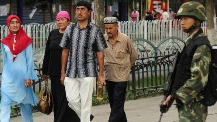 Devant le Grand Bazar d'Urumqi, le 14 juillet 2009, après les violences ethniques entre Ouïghours et Hans. (AFP PHOTO / PETER PARKS)