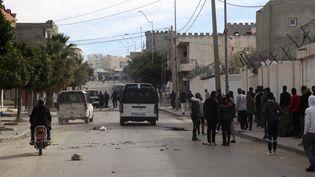 Manifestation et tensions avec la police dans la région de Kasserine en Tunisie, le 25 décembre 2018. (HATEM SALHI / AFP)