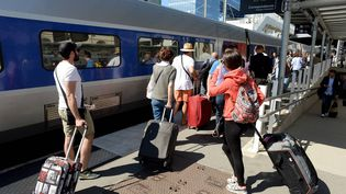Les voyageurs affluent en gare malgré la chaleur et les recommandations de la SNCF. (MARC OLLIVIER / MAXPPP)