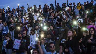 Des personnes manifestent contre la réélection du président Alexandre Loukachenko, le 1er août 2020 à Minsk, en Biélorussie. (SERGEI GAPON / AFP)