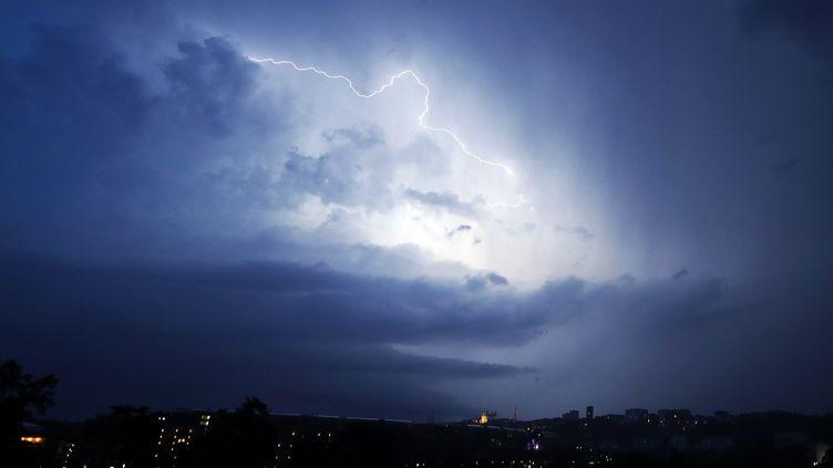 Un éclair dans le ciel de Lyon (Rhône), le 24 juin 2016. (VALERY HACHE / AFP)