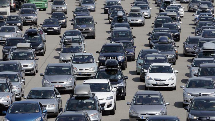 Des voitures sur l'autoroute A7 près de Valence (Drôme), le 3 août 2013. (PHILIPPE DESMAZES / AFP)