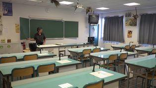Un professeur prépare la rentrée au collège du Roy d'Espagne, à Marseille, le 1er septembre 2014 (BORIS HORVAT / AFP)