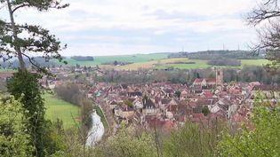 À Noyers-sur-Serein (Yonne), pas de touristes, alors qu'habituellement la période s'y prête très bien. (CAPTURE D'ÉCRAN FRANCE 3)