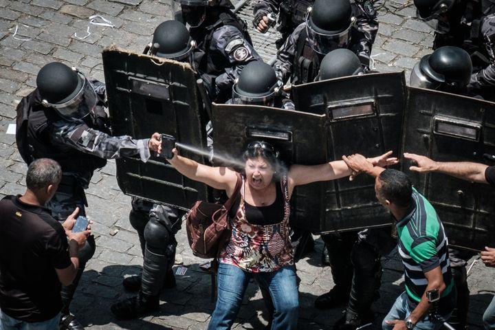 Manifestation devant l'Assemblée législative de Rio de Janeiro le 16 novembre 2016. (YASUYOSHI CHIBA / AFP)