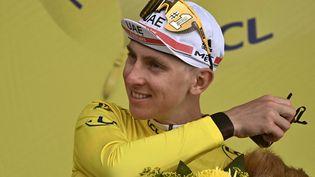 Tadej Pogacar sur le podium de la 17e étape du Tour de France 2021. (ANNE-CHRISTINE POUJOULAT / AFP)