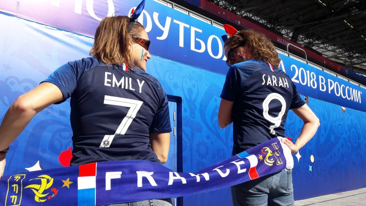 Emily et Sarah, lors d'un match de la Coupe du monde en Russie. (RADIO FRANCE / BÉATRICE DUGUÉ)