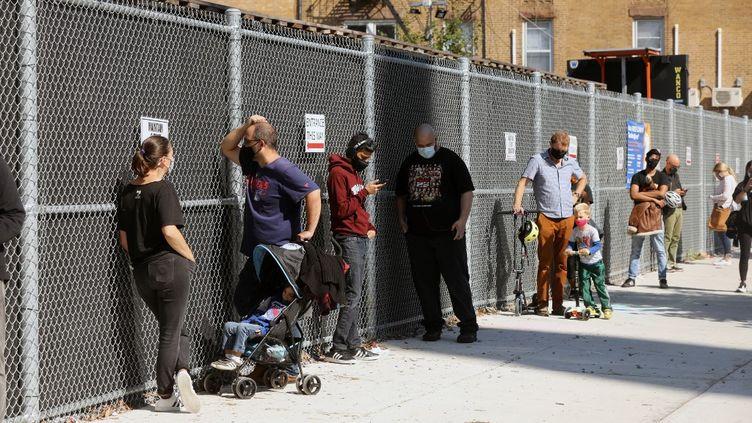 Lespersonnes font la queue pour se faire tester pour le Covid-19 sur un site d'essai de la ville de New York, le 5 octobre 2020. (SPENCER PLATT / GETTY IMAGES NORTH AMERICA / AFP)