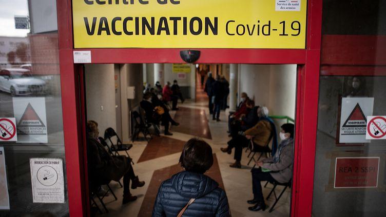 Une femme se rend dans un centre de vaccination àBrest (Finistère), le 6 avril 2021. (LOIC VENANCE / AFP)
