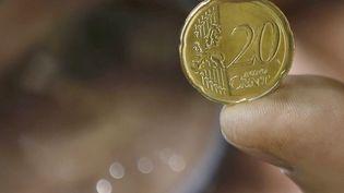 Photo d'illustration d'une pièce de monnaie de vingt centimes, le 30 octobre 2014, à l'usine de Pessac (Gironde). (REGIS DUVIGNAU / REUTERS)