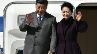 Le présidentXi Jinping et sa femme Peng Liyuan, sur le tarmac de l'aéroport Roissy Charles-de-Gaulle, le 25 mars 2019. (PHILIPPE LOPEZ / POOL)