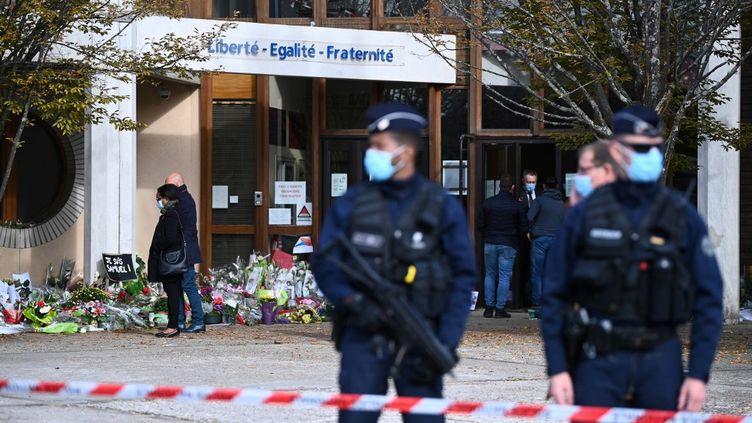 Des policiers devant le collège du Bois d'Aulne à Conflans-Sainte-Honorine (Yvelines), le 19 octobre 2020. (ANNE-CHRISTINE POUJOULAT / AFP)