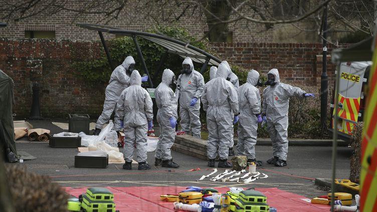 La police scientifique à Salisbury (Royaume-Uni) sur les lieux où ont été empoisonnés un ex-espion russe et sa femme, le 11 mars 2018. (DANIEL LEAL-OLIVAS / AFP)