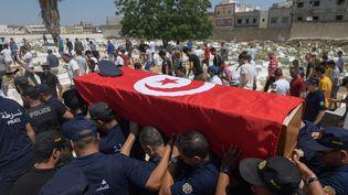 Des officiers de police portent le cercueil de leur collègue, tué lors du double attentat suicide perpétré le 27 juin 2019 sur l'avenue Habib Bourguiba, le jour de son enterrement à Sidi Hassine, dans la banlieue ouest de Tunis, le 28 juin. (FETHI BELAID / AFP)