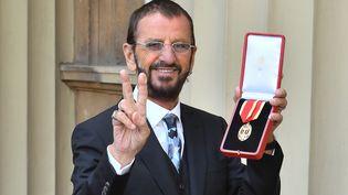 Le V de la victoire pour Ringo Starr anobli  (John Stillwell)