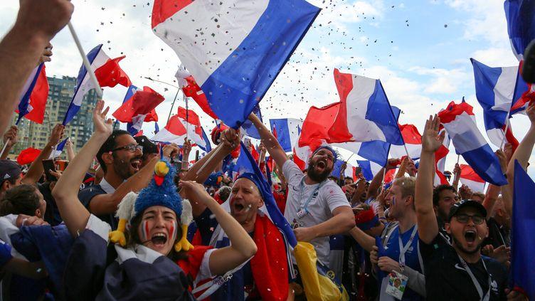 Des supporters français célèbrent la victore de la France lors du quart de finale face à l'Uruguay, le 6 juillet 2018, à Nijni Novgorod (Russie). (MAXPPP)