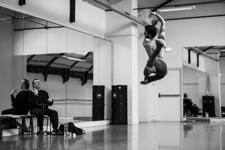 Le danseur Mathias Heymann en pleine répétition studio du Boléro de Béjart  (OnP)