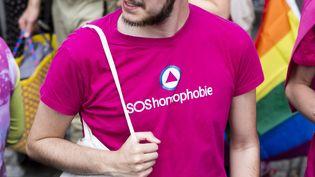 Un homme vêtu d'un t-shirt SOS Homophobie participe à une marche des fiertés à Saint-Denis (Seine-Saint-Denis), le 9 juin 2019. (MAXPPP)