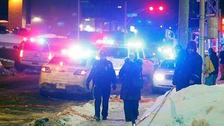 Des policiers patrouillent près de la mosquée, à Québec (Canada), où a eu lieu la fusillade dans la nuit du dimanche 29 au lundi 30 janvier 2017.  (MATHIEU BELANGER / REUTERS)