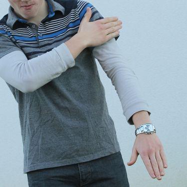 """Un jeune homme """"place une quenelle"""", le geste controversé popularisé par l'humoriste Dieudonné. (MAXPPP)"""
