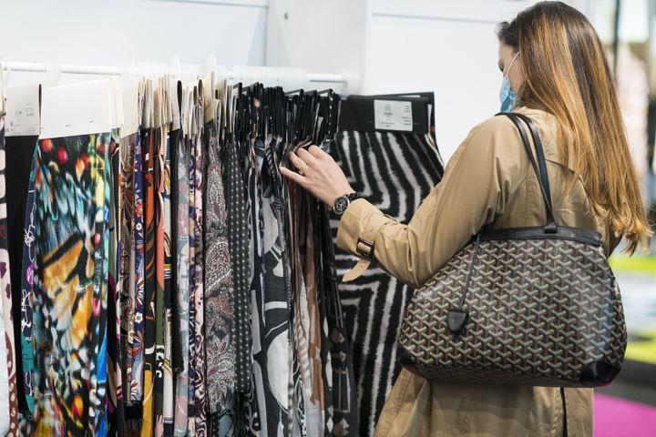 Choix des matières et de cuirs au salon Fashion Rendez-Vous by Première Vision, le 30 juin 2021 à Paris (ALEXANDRE GALLOSI)