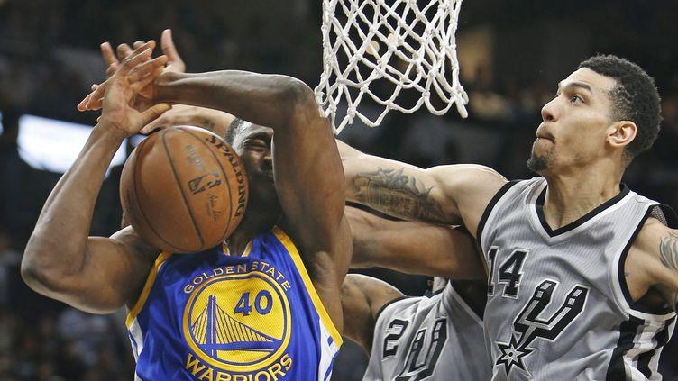 Danny Green (à droite) et Kawhi Leonard (derrière, N°2) des San Antonio Spurs bloquent le tir d'Harrison Barnes (Golden State Warriors).  (RONALD CORTES / GETTY IMAGES NORTH AMERICA)