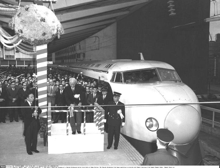 Cette photo d'archive datée du 1er octobre 1964 montre la cérémonie de départ d'un train à grande vitesse Tokaido Shinkansen à la gare de Tokyo. La ligne Tokaido Shinkansen a commencé à fonctionner pour coïncider avec l'accueil par Tokyo des Jeux olympiques d'été. (NEWSCOM / SIPA)