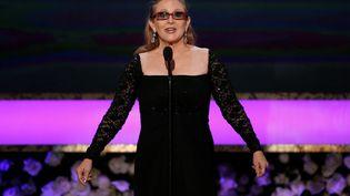 L'actrice Carrie Fisher introduit sa mère Debbie Reynolds sur scène, lors des Screen Actors Guild Awards, le 25 janvier 2015, à Los Angeles (Etats-Unis). (MARIO ANZUONI / REUTERS)