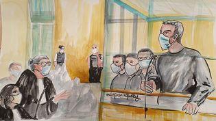Amar Ramdani (à gauche) dans le box des accusés, répond à la question d'une avocate de parties civiles, le 7 octobre 2020 au procès des attentats de janvier 2015. (ELISABETH DE POURQUERY / FRANCEINFO)