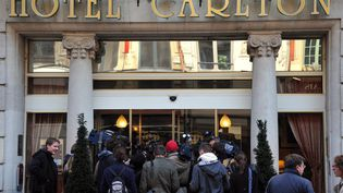 Des journalistes attendent devant l'hôtel Carlton de Lille (Nord), le 21 octobre 2011. (PHILIPPE HUGEN / AFP)
