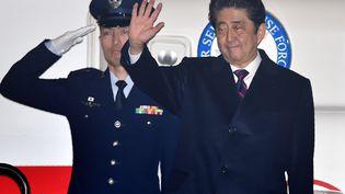 Le premier ministre japonais, Shinzo Abe, avant son départ pour Hawaï, le 26 décembre 2016. (KAZUHIRO NOGI / AFP)