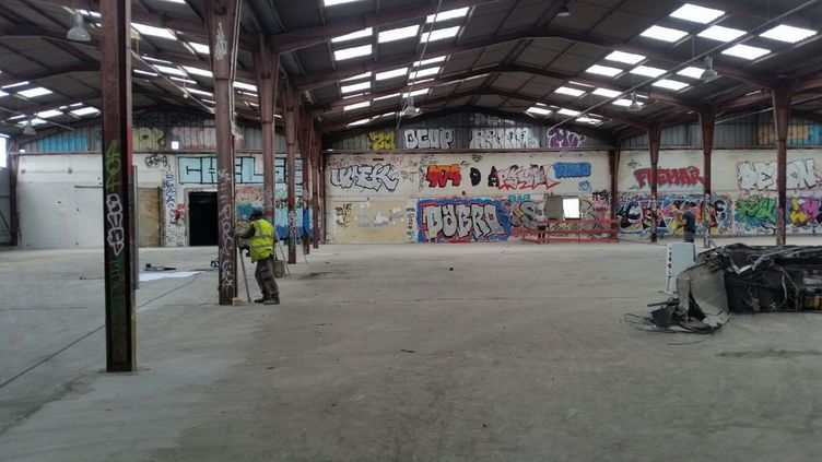 Ce hangar, situé près de la porte de la Chapelle à Paris, pourra accueillir jusqu'à 800 réfugiés à partir de fin septembre (RADIO FRANCE / Gaële Joly)